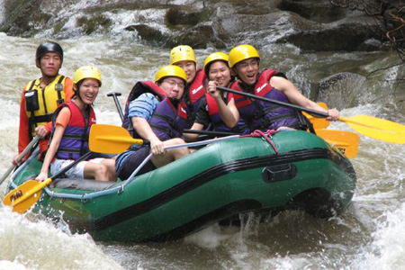 Vượt sông bằng xuồng ở Đà Lạt