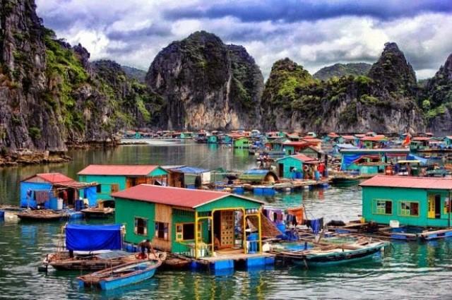 Làng Chài trên vịnh Hạ Long thu hút nhiều khách du lịch tham quan và mua hải sản về làm quà