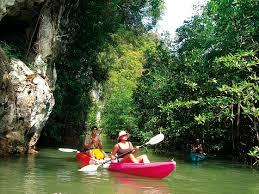 Du khách chèo thuyền kayak khám phá Vịnh Bóng Ma ở Krabi