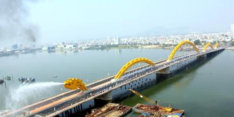Cầu Rồng phun nước và phun lửa- một trong những biểu tượng của Đà Nẵng