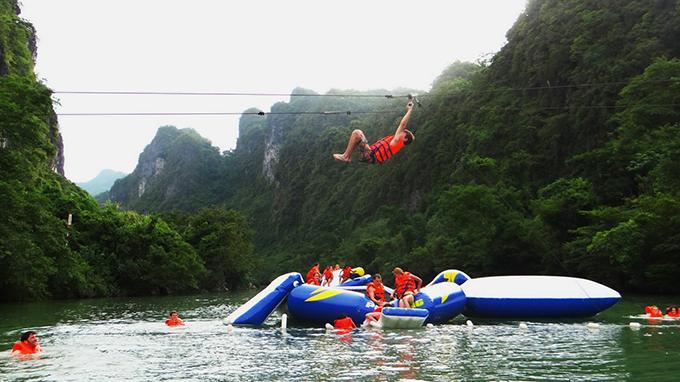 Đu dây Zipline trên sông Chày