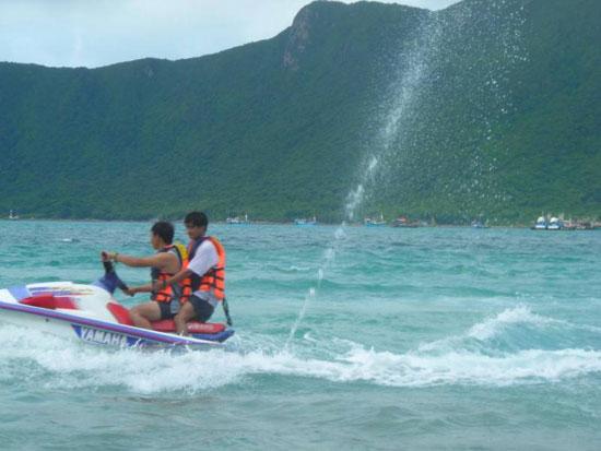 Tắm biển và tham gia các hoạt động trên biển