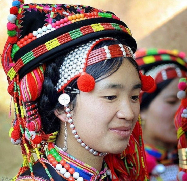 Trang phục rực rỡ như hoa rừng của người Hà Nhì Hoa