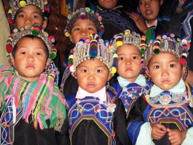 Những chiếc mũ sặc sỡ được làm riêng cho trẻ em Hà Nhì