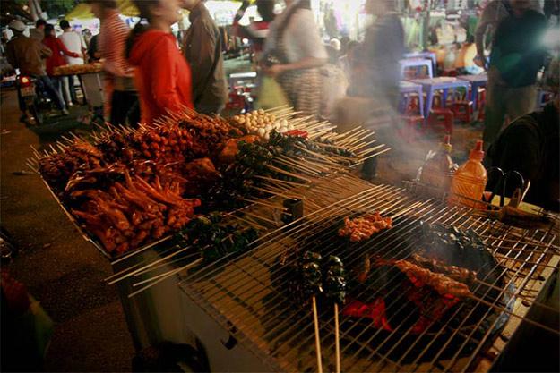 Du khách dạo đêm ở Đà Lạt còn có thể thưởng thức các món ăn vặt ngon