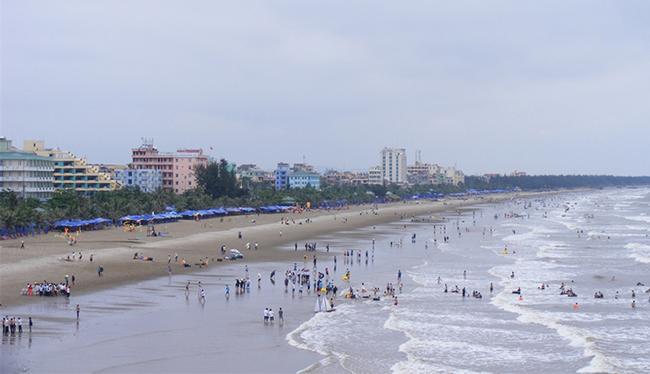 Du khách thỏa sức tắm biển Sầm Sơn